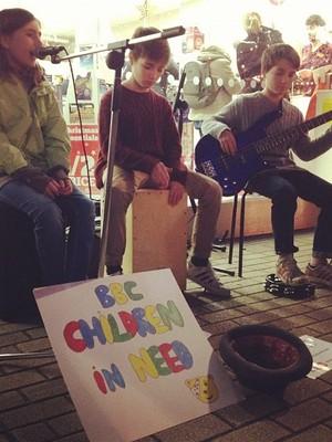 Mini Attack, banda de rua formada por crianças na Inglaterra (Foto: Reprodução)
