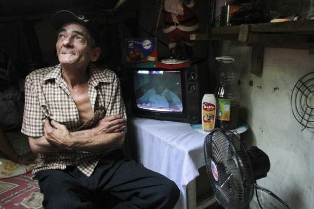 Casa de Miguel Restrepo conta com TV, ventilador, cozinha e cama. (Foto: Albeiro Lopera/Reuters)