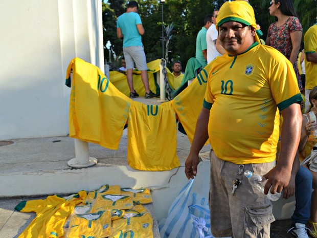 Vendedor Eli Freire resolveu vender camisetas para 'ajudar os manifestantes' durante protesto no Acre (Foto: Quésia Melo/G1)