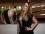 Luciana Vendramini capricha no decote e diz: 'Não sou magra'