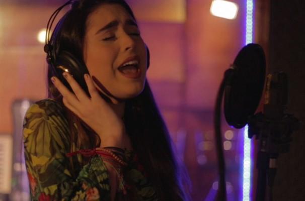 telespectadores têm a chance de aparecer na telinha cantando o jingle 'Janela Rio Sul', assim como a Vicky Valentim (Foto: Reprodução/ TV Rio Sul)