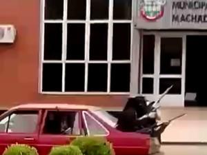 Popular flagrou momento da fuga dos assaltantes, após roubo a dois bancos (Foto: Arquivo Pessoal)