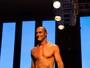 Paulo Zulu desfila de sunga em evento de moda após ter nude vazada