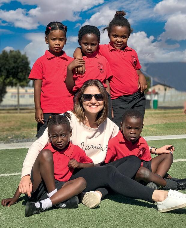Olha a trupe fofa que a Alline Dauroiz, nossa editora de lifestyle, conheceu no Lifezone Soccer, projeto que ensina futebol e outros esportes a 750 crianças carentes de Cape Town (Foto: *dados do student travel bureau (STB) e central de intercâmbio (ci); foto: igor saringer)