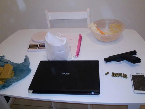 Drogas, notebook e pistola ponto 40 estavam em apartamento do suspeito (Foto: Polícia Civil/Divulgação)