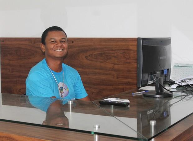 Fernando de Lima trabalha na TV Grande Rio há oito anos (Foto: Gabriela Canário)