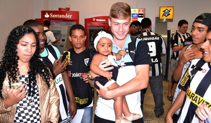 Luiz Henrique foi o jogador do Botafogo mais festejado na chagada ao ES (Foto: Sidney Magno Novo/GloboEsporte.com)