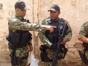 Policiais nas proximidades da Casa de Custódia (Foto: Gustavo Almeida/G1)