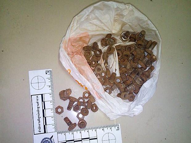 Porcas e parafusos encontrados durante uma busca em um apartamento no distrito de Min Buri, na Tailândia. Material seria usado na fabricação dos artefatos explosivos (Foto: Polícia da Tailândia/Reuters)