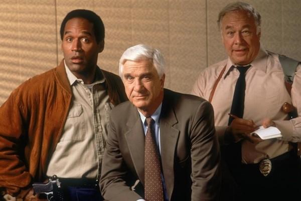 O.J. Simpson com o elenco de Corra que a Polícia Vem Aí! (1988) (Foto: Reprodução)