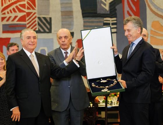 O presidente Michel Temer entrega o Grande Colar da Ordem Nacional do Cruzeiro do Sul ao Presidente da Argentina, Mauricio Macri. (Foto: Beto Barata )
