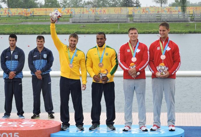 Hans Mallmann e Edson Isaias comemoram muito o bronze na K2 200m (Foto: Divulgação/Confederação Brasileira de Canoagem)