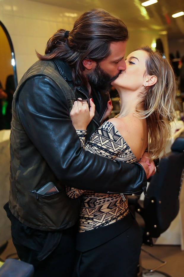 Henri Castelli beija a namorada (Foto: Manuela Scarpa/ Brazil News)