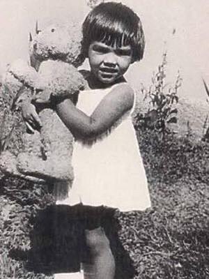 Mônica ainda criança carregando seu inseparável coelhinho, na época em que inspirou a personagem. (Foto: Mônica de Sousa/ Arquivo Pessoal)