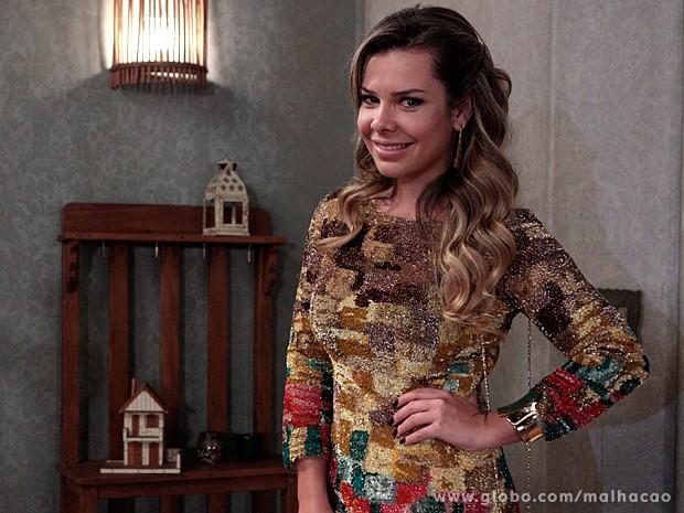 Fernanda Souza se diverte com o look sofisticado de Bernardete (Foto: Malhação / TV Globo)