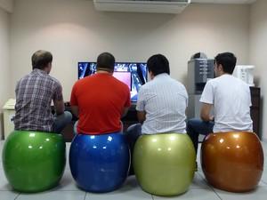 Funcionários de emrpesa de tecnologia da  informação de Curitiba podem jogar vídeogame quando quiserem (Foto: Bibiana Dionísio/ G1)