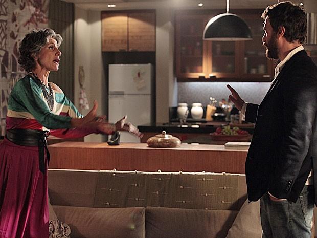Melissa se faz de chocada com a insinuação de Rodrigo (Foto: Amor Eterno Amor/TV Globo)
