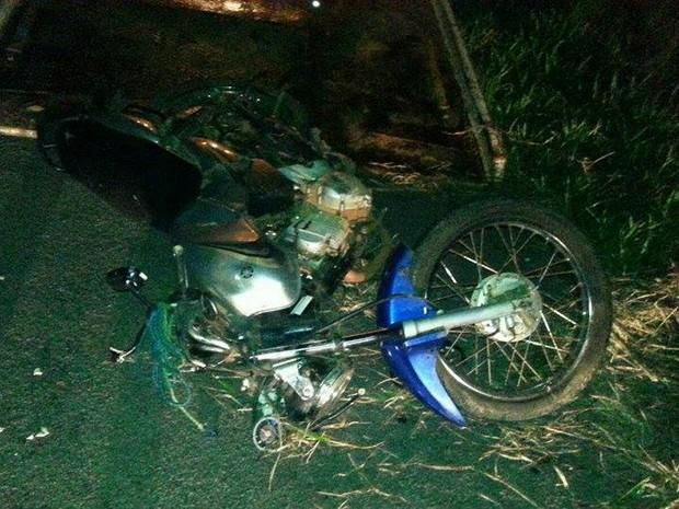 Condutor da motocicleta morreu e passageiro ficou gravemente ferido (Foto: PRF/Divulgação)