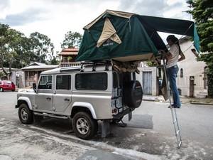 Rachel na escada que dá acesso à barraca acoplada ao carro (Foto: Leonardo Spencer/Arquivo pessoal)