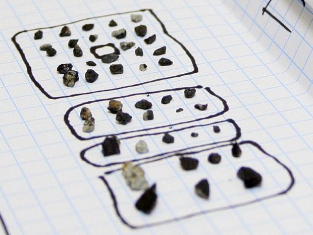 Um total de 53 fragmentos de meteorito foram encontrados por cientistas na região do Lago Chebarkul (Foto: Alexander Khlopotov/Universidade Federal dos Urais/AP)