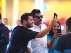 Juliano Cazarré posa para selfies com fãs em aeroporto