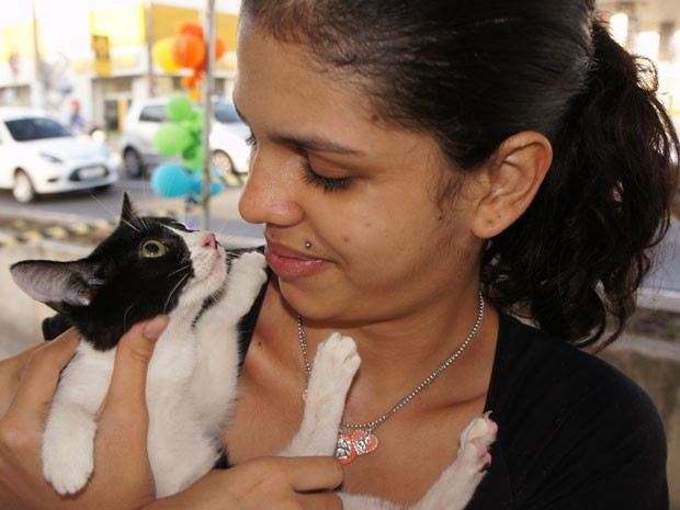 Estudante Amanda Wassermann com a gata Marie na feira de adoção do Zoonones em João Pessoa, Paraíba (Foto: Inaê Teles/G1)