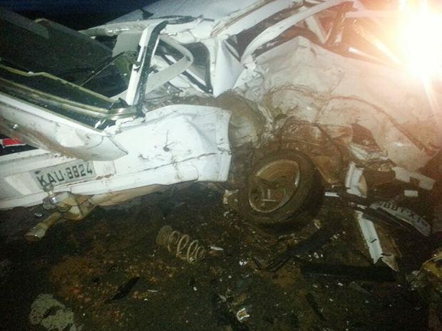 Veículo rodou na pista e atingiu o outro carro de passeio. (Foto: Arielton Monteiro/ Bombeiros)