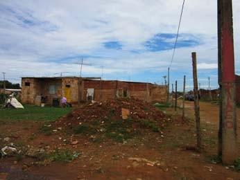 Casas no Sol Nascente ficam próximas a entulhos (Foto: Isabella Calzolari/G1)