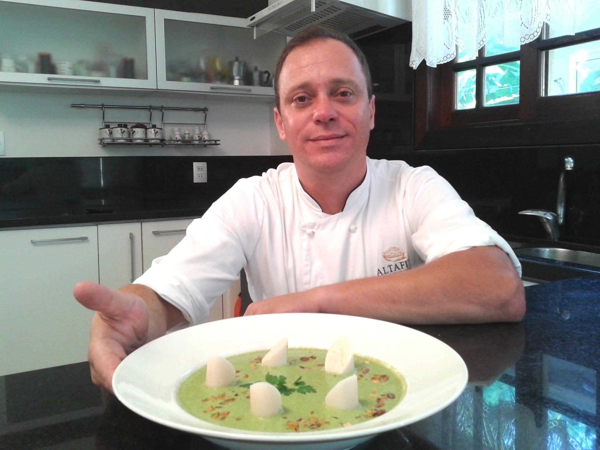 Chef Guilherme Barros ensinou a fazer uma sopa com brócolis (Foto: Juliano Zanotelli/RBS TV)