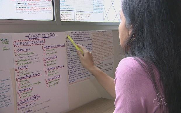 Rotina de estudos é seguida rigorosamente pela concurseira (Foto: Amazonas TV)