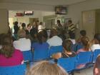 Dengue lota hospitais particulares e deixa pacientes à espera em calçada