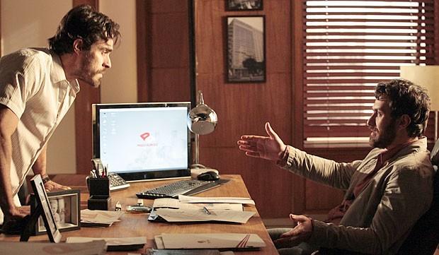 Rodrigo decide falar com Elisa antes de fazer um julgamento (Foto: Amor Eterno Amor/TV Globo)
