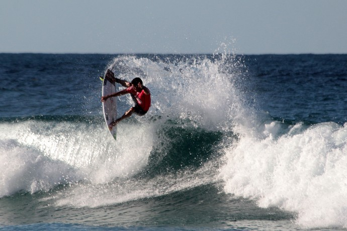 Adriano de Souza, Mineirinho, em ação no round 5 da etapa de Gold Coast, Mundial de Surfe (Foto: Luciana Pinciara / Motion Photos)
