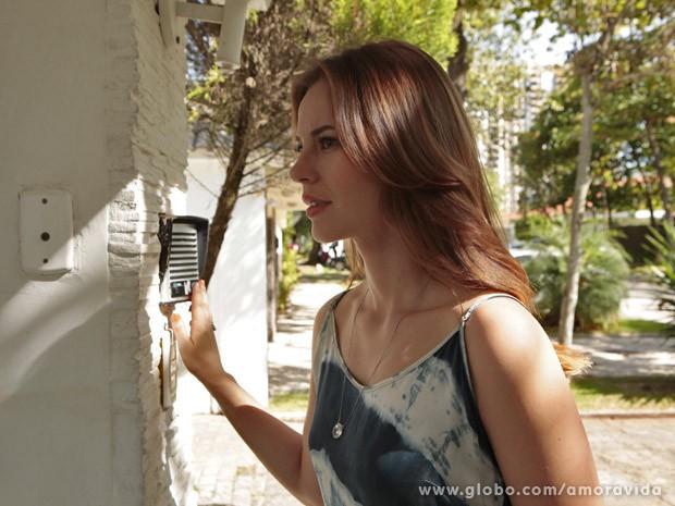 Paloma toma coragem e toca a campainha (Foto: Amor à Vida / TV Globo)