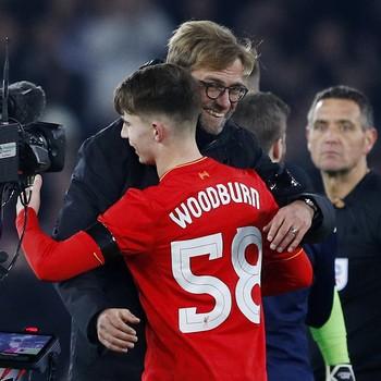 Ben Woodburn e Klopp Liverpool Leeds (Foto: Reuters)
