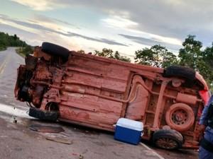 Carro capotou na Rodovia AP-070, próximo à distrito de Macapá (Foto: Divulgação/BPRE)