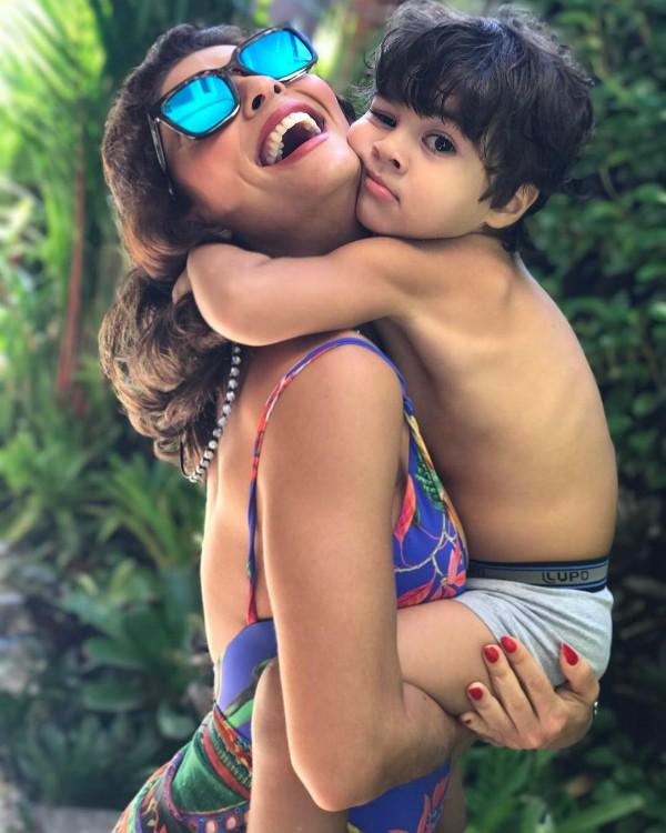 Juliana Paes posa sorridente com o filho Antonio no colo (Foto: Reprodução / Instagram)
