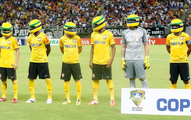Jogadores Corinthians capacete Senna (Foto: Rodrigo Coca / Ag. Estado)