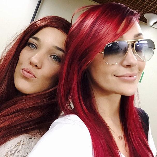 Gêmeas? Adriana Birolli e Josie Pessoa posam de cabelo vermelho!