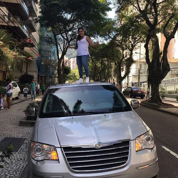 Simone, da dupla com Simaria, em cima de carro no Rio de Janeiro (Foto: Reprodução/Instagram)