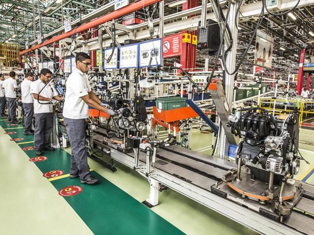 Equipe de funcionários da Fiat trabalha na montagem de montores (Foto: Fiat / Divulgação)