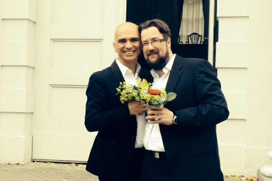 Morando há nove anos na Alemanha, em 2014 Edson se casou o escritor e ilustrador alemão Oliver Bieber  (Foto: Reprodução)