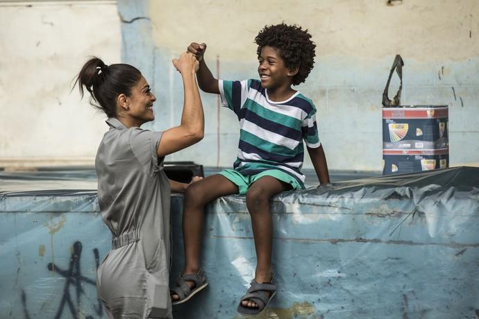 A morena fica feliz por ter o filho ao lado dela (Foto: Inácio Moraes/Gshow)