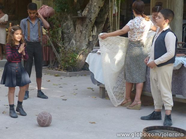 ... que se diverte jogando futebol com as outras crianças do cortiço (Foto: Fábio Rocha/TV Globo)