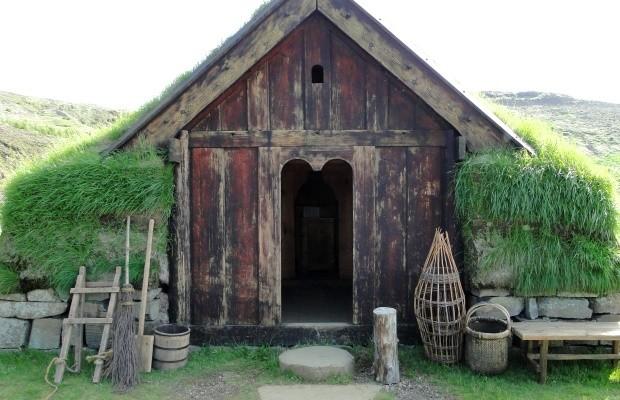 As construções eram de placas de terra empilhadas, com estruturas e portas de madeira.  (Foto: © Liana John)