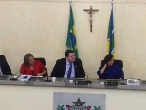 Deputado Júnior Favacho (centro) reassumiu sessão da Alap (Foto: Abinoan Santiago/G1)