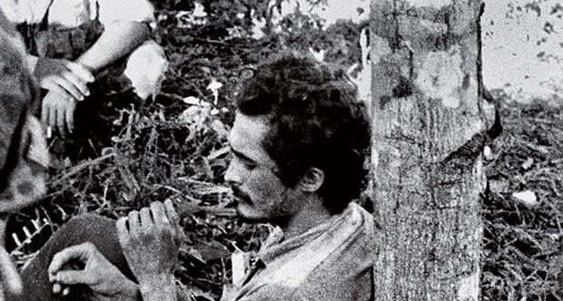 SOBREVIVENTE José Genoino, um dos que escaparam com vida da guerrilha, ao ser preso pelo Exército, em 1972 (Foto: reprodução)
