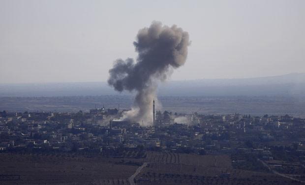Fumaça é vista na vila síria de Jubata al-Khashab após um bombardeio feito por um caça sírio nesta terça (23), momentos antes de o jato ser destruído pela aviação israelense nas Colinas de Golã (Foto: Jalaa Marey/AFP)