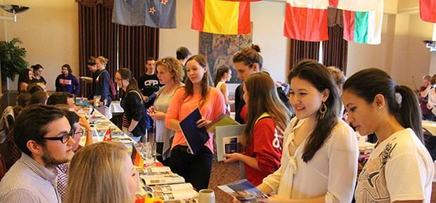 Feira de cursos para estudar no exterior (Foto: Reprodução/Estudar Fora)