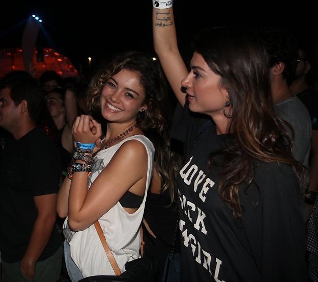 Enquanto isso, Sophie curtiu o show de Florence no meio do público e com a amiga, Thaila Ayala (Foto: Sérgio Gallo)